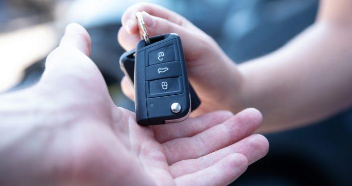 Autoschlüssel werden übergeben