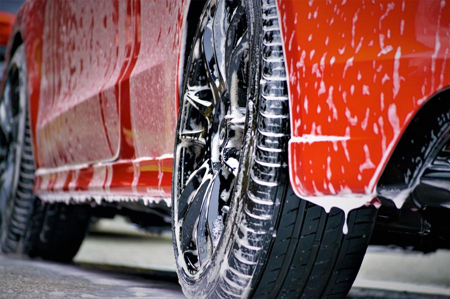 schonend und gründlich gewaschenes Auto